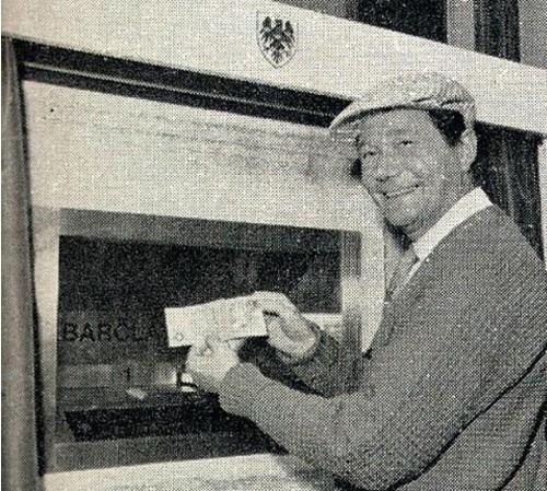 Актер Рег Вэрни в рекламе первого банкомата