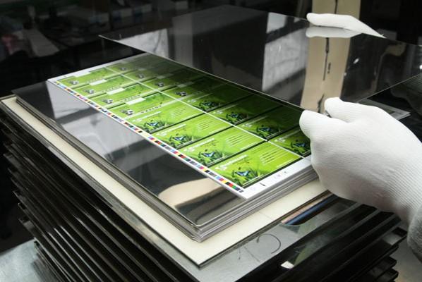 Каждый элемент пластиковой карты печатается по отдельности