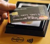 На 17 станциях метро Киева введена дополнительная система оплаты за проезд – с помощью бесконтактной банковской карты MasterCard (с системой PayPass), без необходимости покупать жетон или проездной билет.