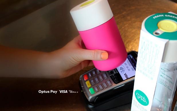 Оплата покупки кофейной чашкой